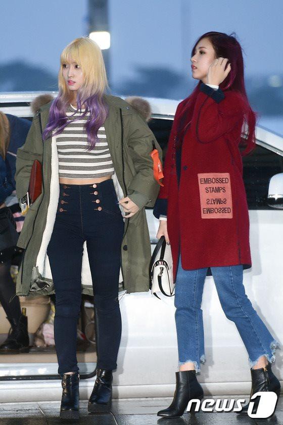 空港ファッションTWICEモモとミナ